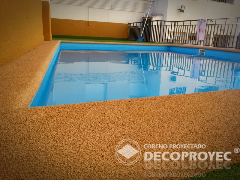 Pavimento perimetral piscina corcho proyectado decoproyec andalucia - Pavimento de corcho ...